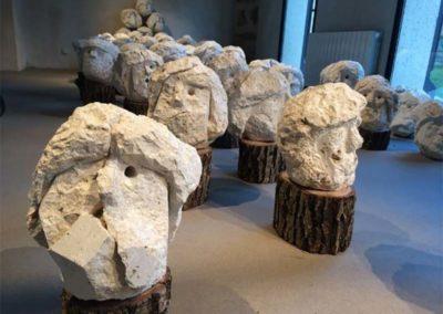 """Yukichi Inoué """"Mille et Une Têtes """"sculptées dans la pierre blanche d'Okinawa"""